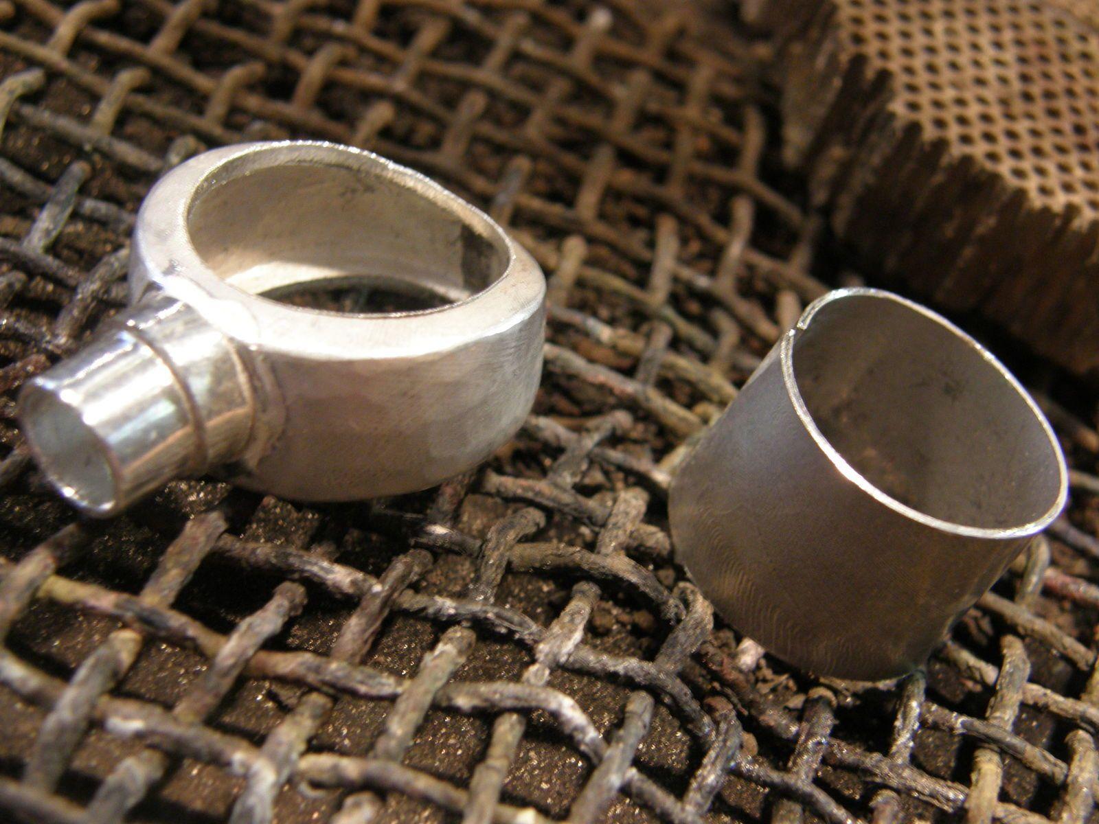Toujours au maillet, rabattre les bords de l'anneau&#x3B; souder le cylindre de centrage du jaspe et preparer la doublure du corps de bague.