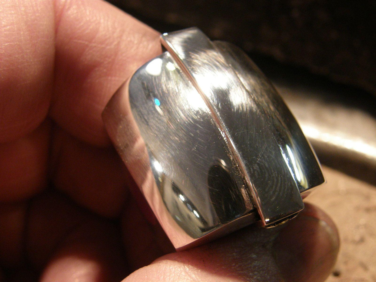 La voici vue de dessus : un gros bloc hermetique. Mais dessous, et dans le detaile des pierres...