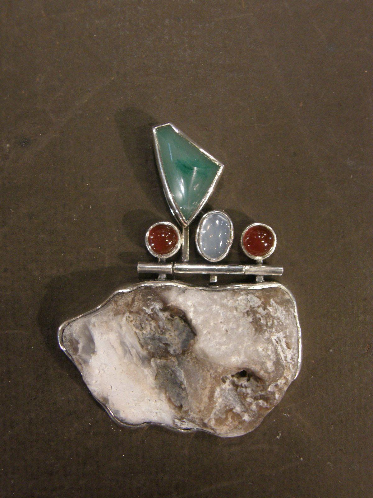 Pendentif en silex, chrisocolle, cornalines, pierre de lune et argent. Piece unique&#x3B; tout fait main.