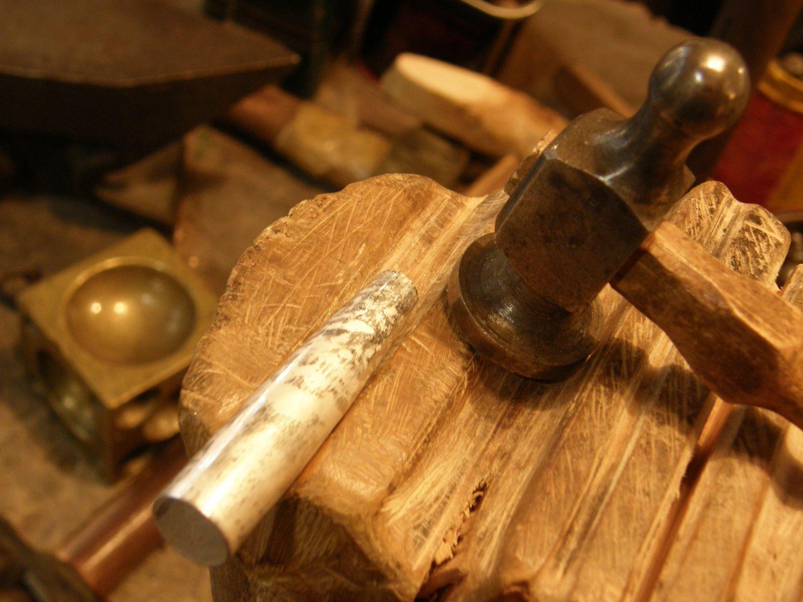 Le capuchon en finition de retreinte&#x3B; Fermeture du corps et du capuchon (l'un en convexe, l'autre en concave)&#x3B;l'agrafe decoupee avec le stylo fini de retreindre.