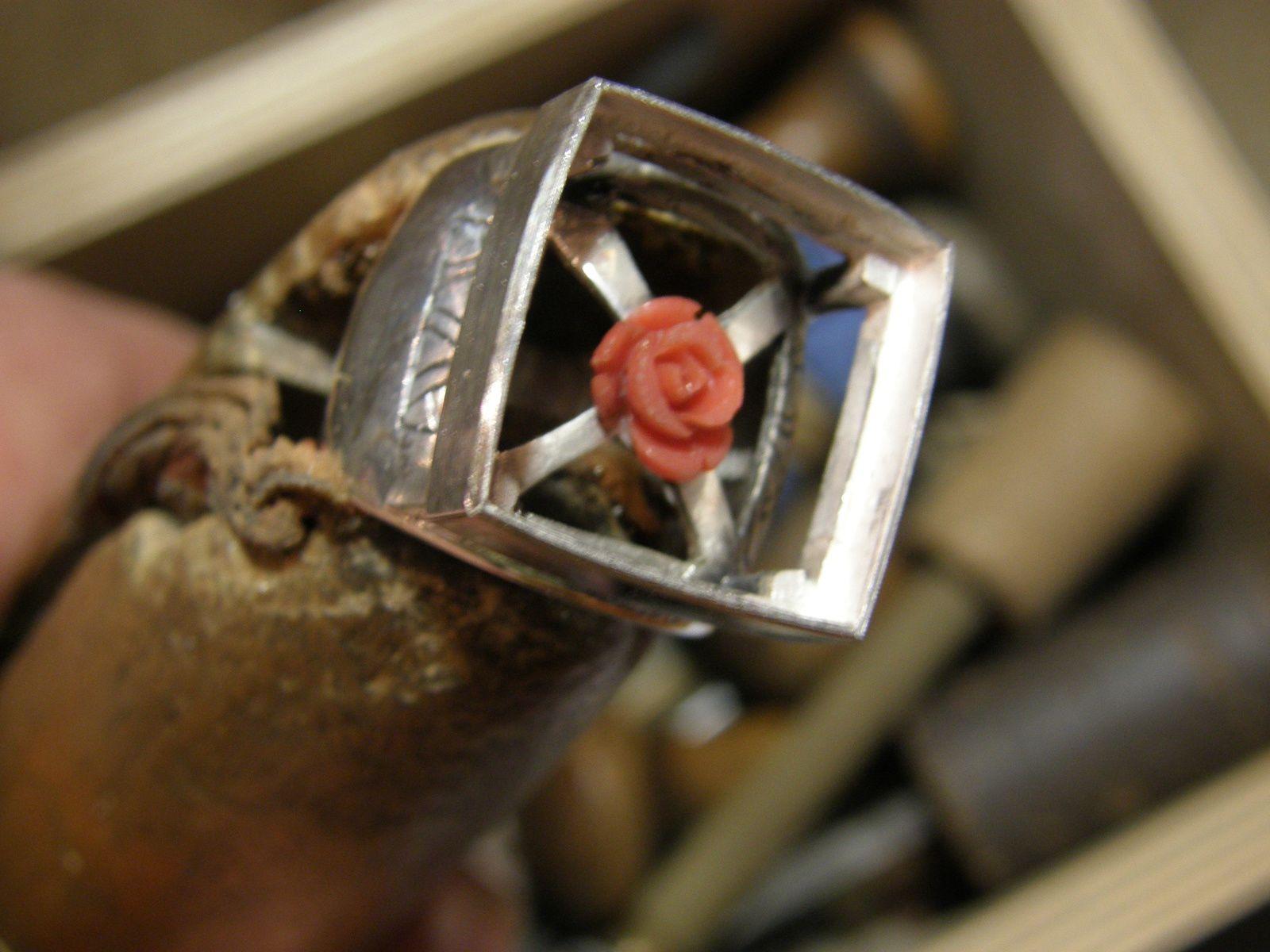 La monture avant le reperce&#x3B; la rose montee sur pivot&#x3B; la bague finie avec la rose en forme de croix.