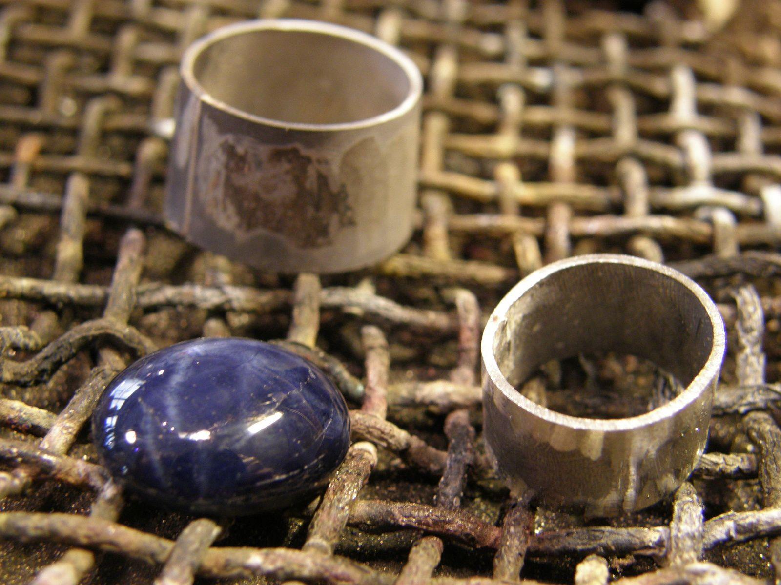 Le serti et la support de pierre. Notez que le serti est conique...