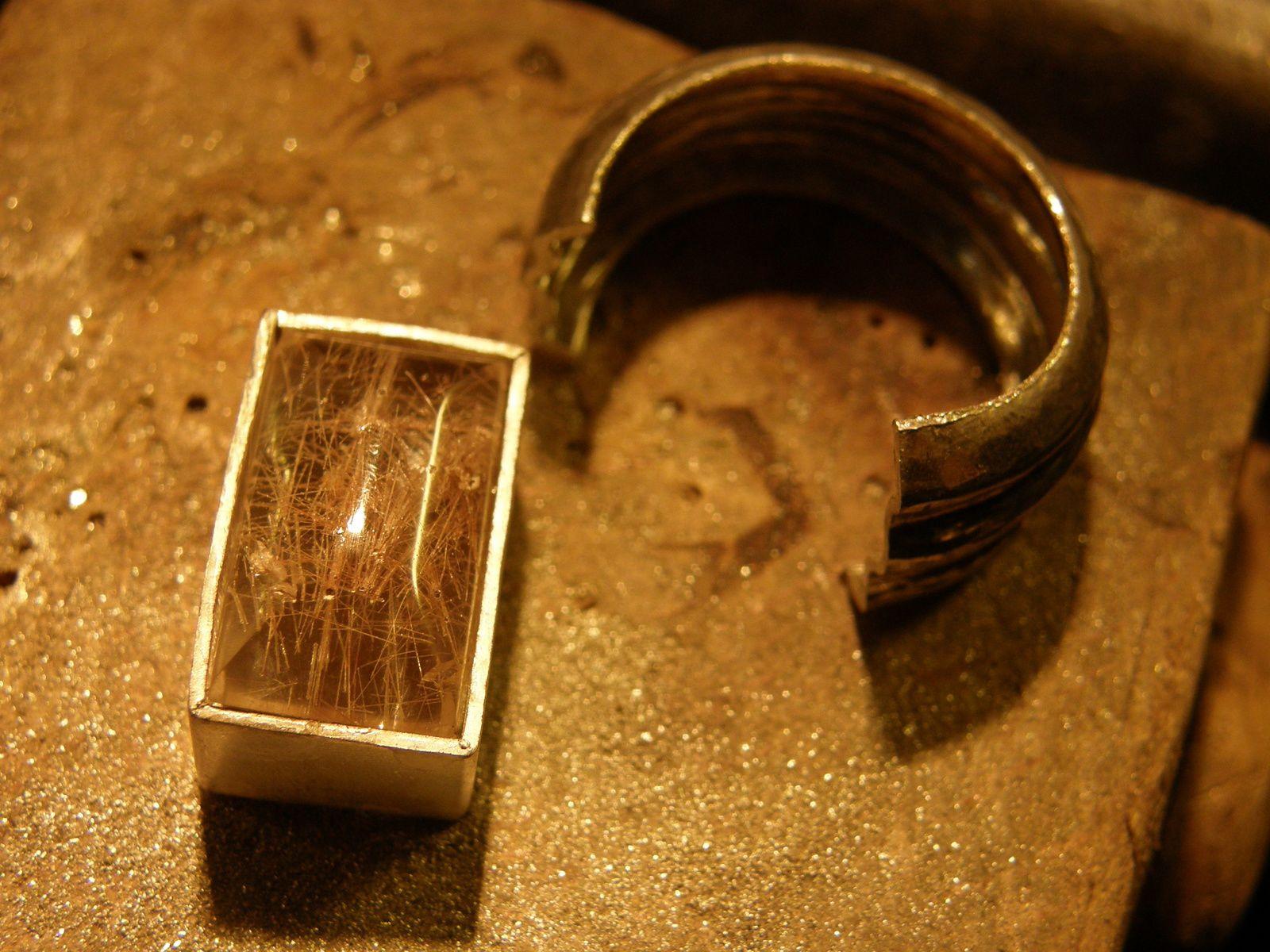 La pierre dasn son serti&#x3B; 2 images du bijou fini. Bague en quartz-rutiles et argent&#x3B; piece unique&#x3B; tout fait main.