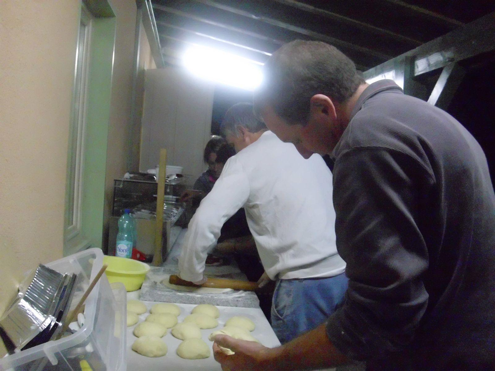 C'est parti, chacun sa tâche : un qui mesure, un qui étale la pâte, et les femmes qui mettent les ingrédients et Thierry enfourne.... ça roule ;)