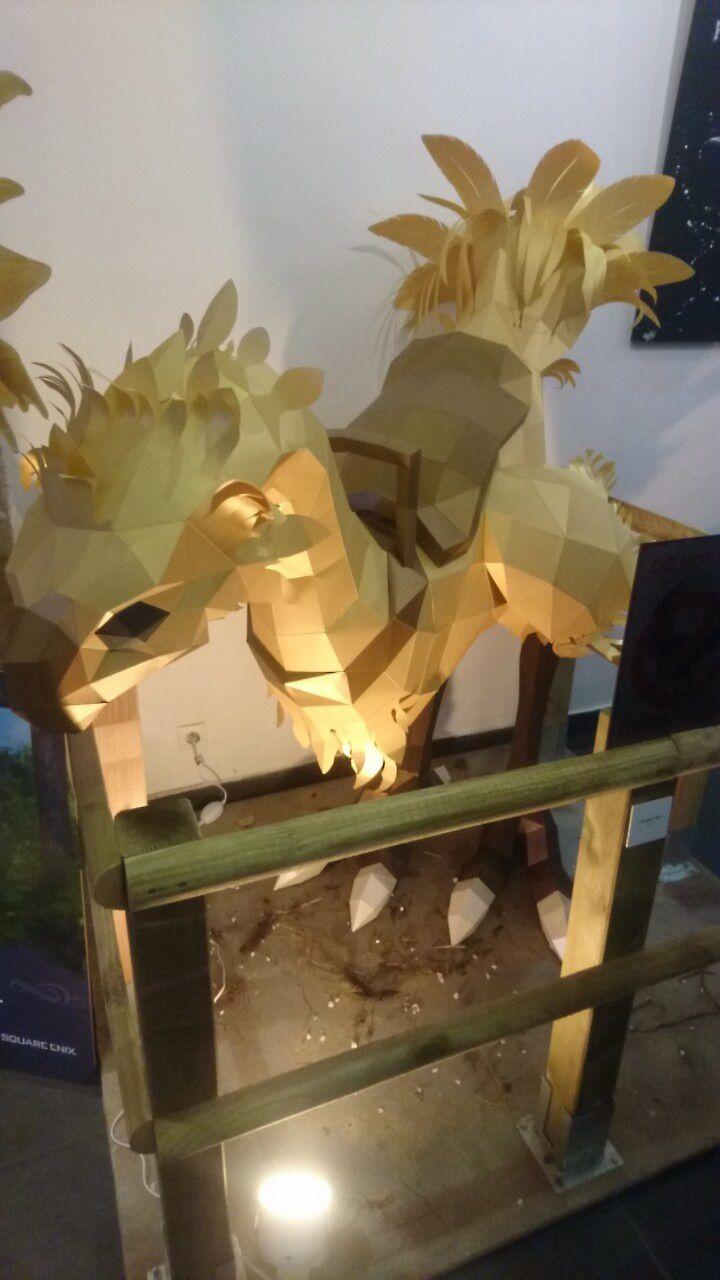 Modelisation d'un Chocobo de 1m60 entierement en papercraft, la photo ne rend pas hommage au travail réalisé par l'artiste (Thyrrus)