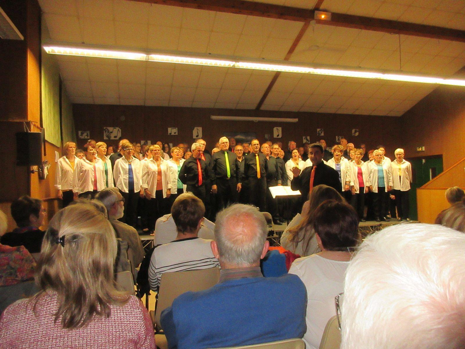 Le chant commun réunissant les deux chorales. Alexandre Depierre dirigeant public et choristes.
