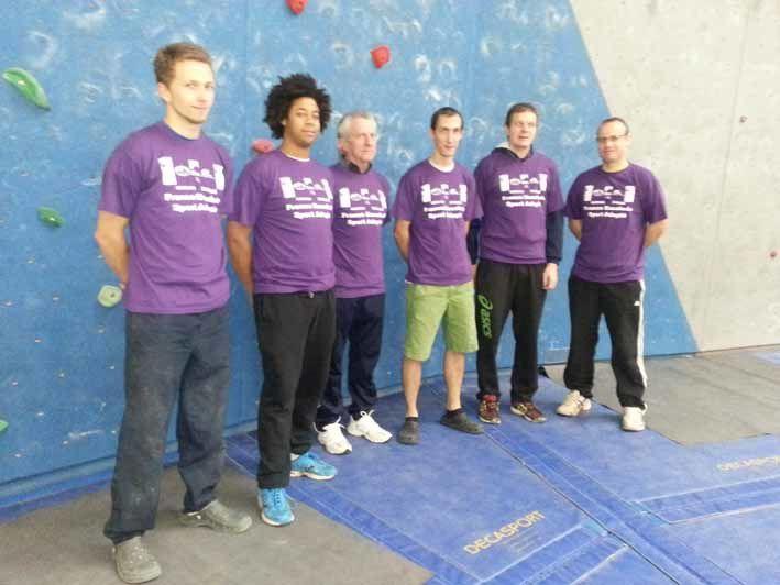 3em à partir de la gauche, Daniel Legendre, vice Président de la Ligue d'Auvergne du Sport Adapté (LASA) entouré d'une partie de l'équipe des organisateurs du championnat national d'escalade de sport adapté (du 15 au 17 novembre 2013) à la hall des sports à Montluçon.