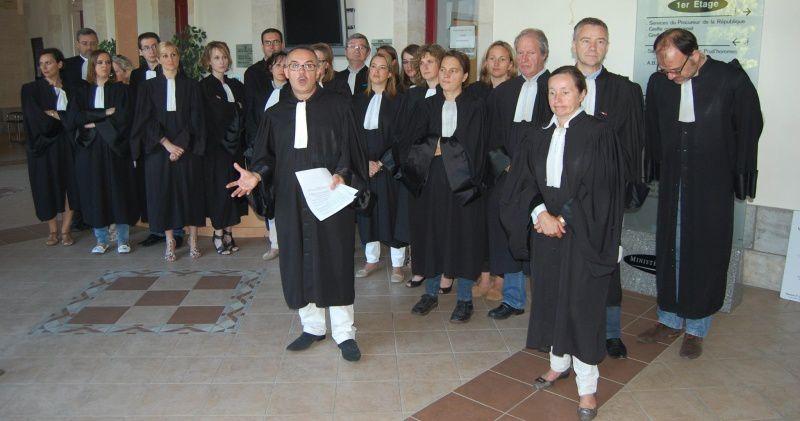 Les avocats rassemblés dans le hall du palais de justice de Montluçon le 26 juin 2014. (photos de RMB)