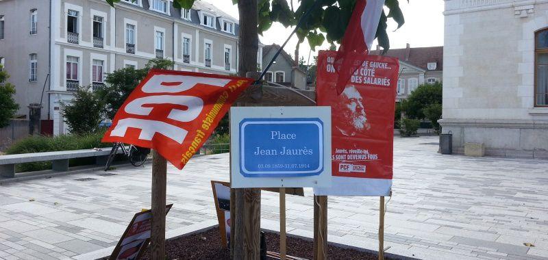 Le rassemblement sur la Place de la Mairie qui porte le nom de Jean Jaurés.