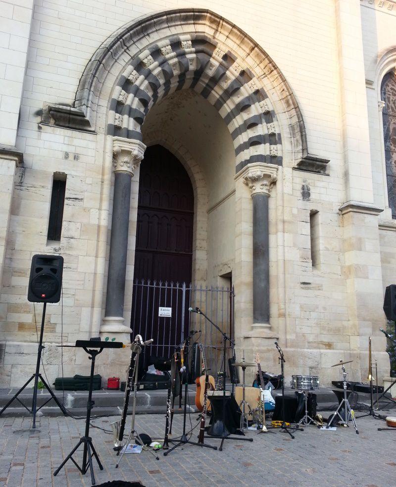 La scène a été installée devant le parvis de l'église St Paul, Place jean Dormoy.