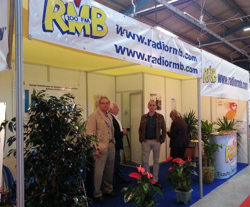 l'équipe de RMB sur le stand de la première radio locale