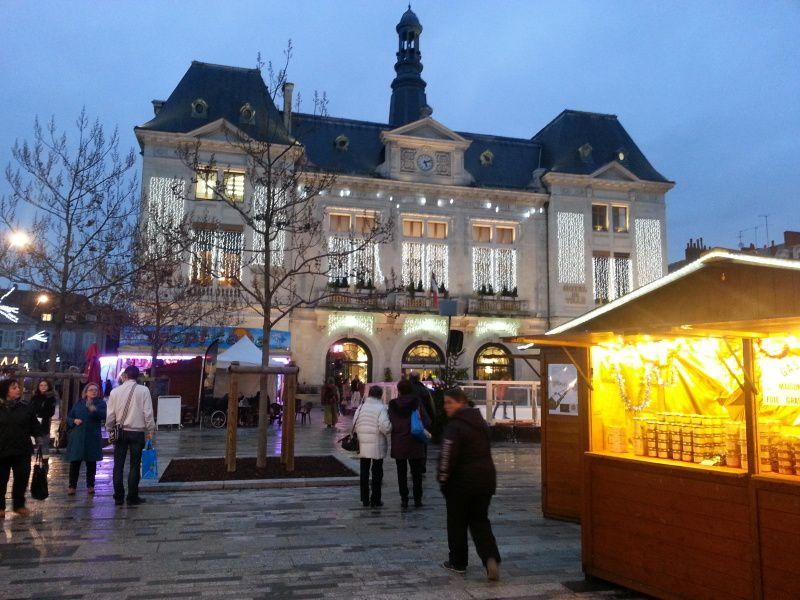 Cette année, le maché de noël est plus grand et plus aeré car la Place de la Mairie offre plus de possibilités pour les aménagements.