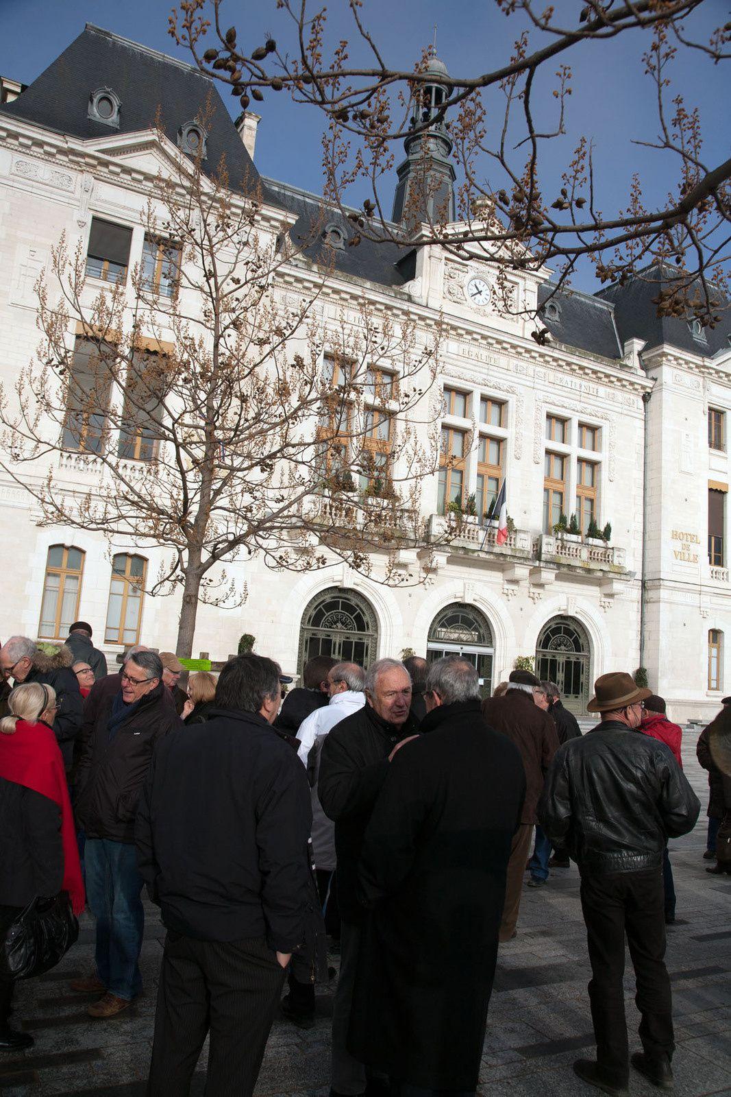 Une cinquantaine de personnes environ pour ce rassemblement citoyen et républicain. (Photos Didier Ciancia)