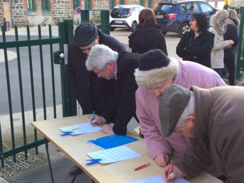 Le vice Président du Conseil général et des lavaultois signent la pétition en soutien aux salariés.