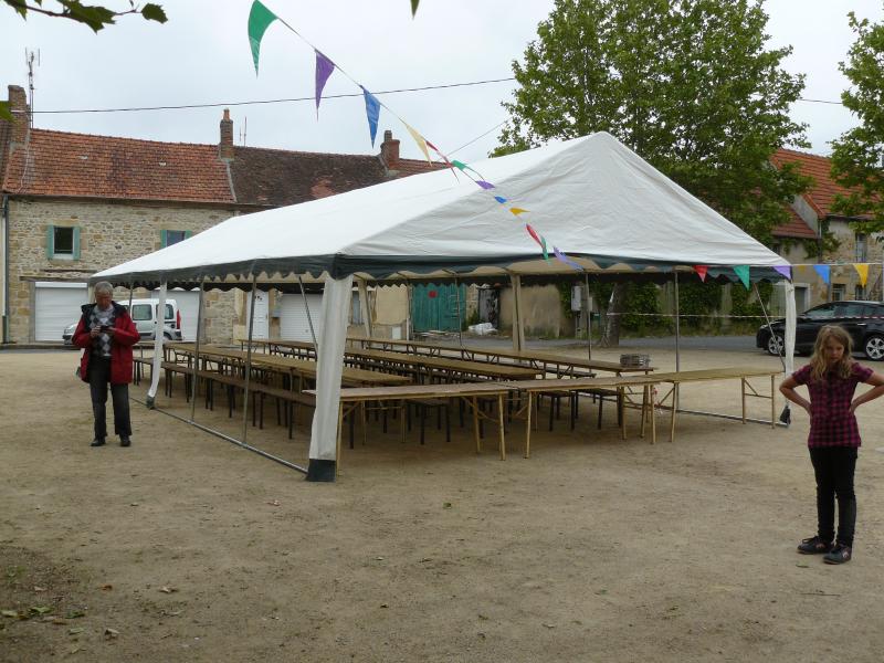Les tables prétés par la mairie de Montvicq sont disposées pour 120 convives !! Comme quoi !