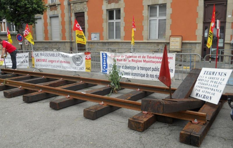 Les cheminots ont planté le décor et le CODERAIL qui s'oppose aux fermetures de lignes à Montluçon est également présent.