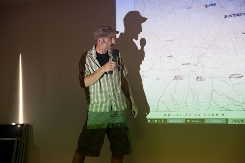 Les membres du collectif stopmines23 avaient bien préparé la réunion. Vidéo projecteur et sono, tout y était pour mieux présenter le projet