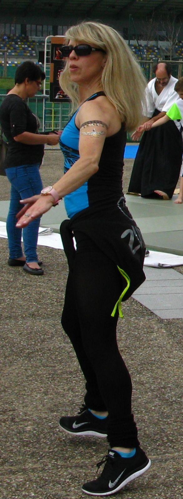 Séance de gym tonique devant le centre aqualudique
