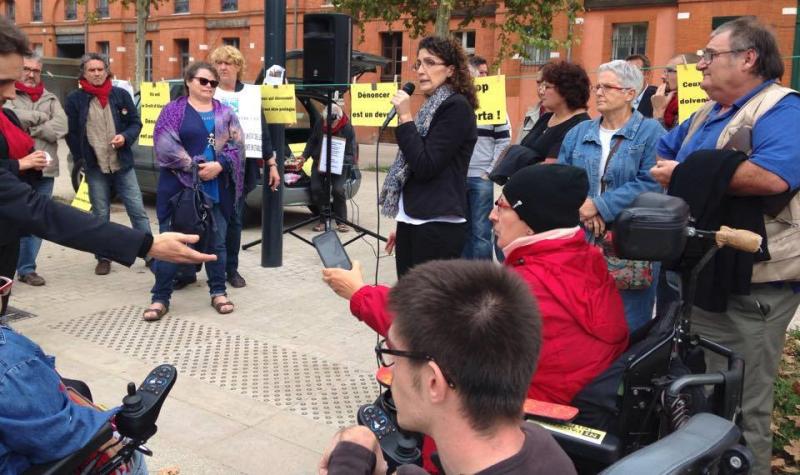 """Rassemblement de soutien à la Présidente de """"handi'gnez-vous"""" devant le trunal de Toulouse."""