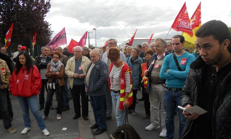 Les manifestants rassemblés devant ASTEEL très à l'écoute des interventions.