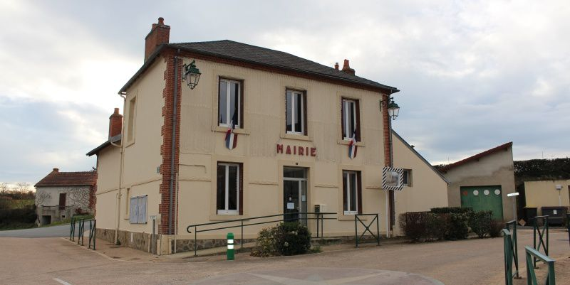 La Mairie de Prémilhat. Une petite commune rurale come il en existent beaucoup dans l'Allier