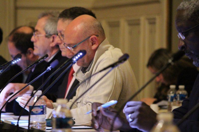 Philippe Buvat (au premier plan) présente la motion pour demander le retrait de l'autorisation d'exploitation de mines à Lussat