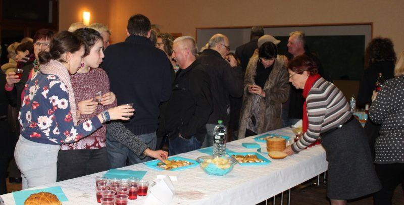 Les habitants de Villebret se sont ensuite retrouvés autour du buffet pour un moment de convivialité