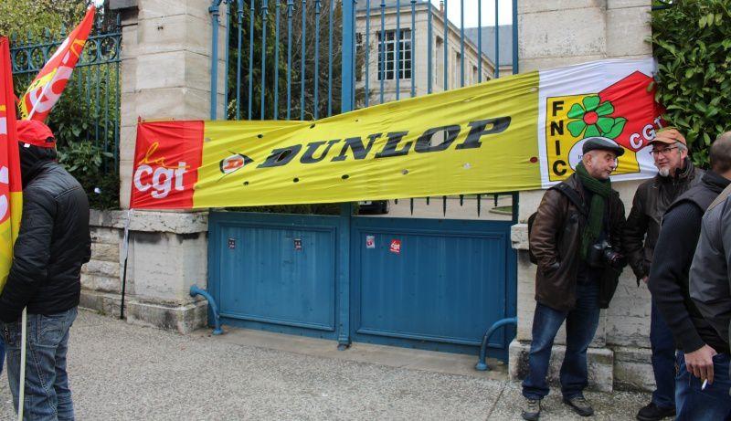 l'entrée du tribunal flanqué d'une banderole des Dunlop, filiale de Goodyear