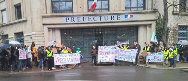 Rassemblement devant la Préfecture de Moulins contre les fermetures de classes dans l'Allier