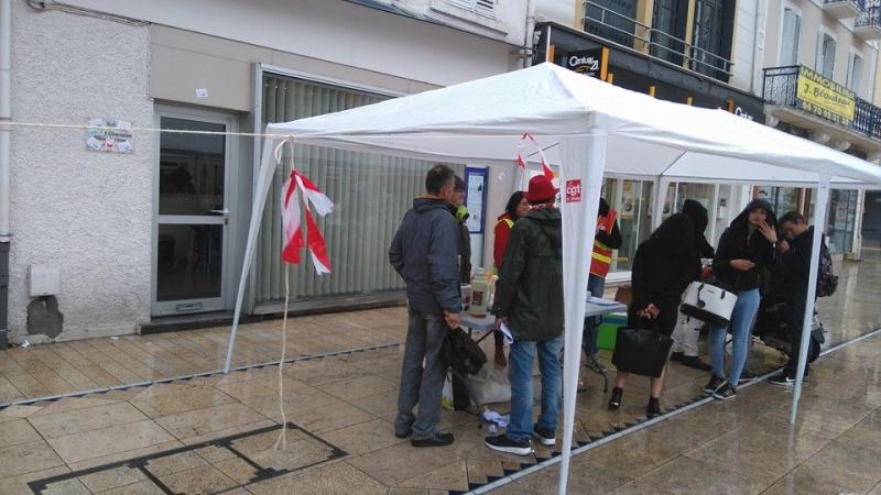 Le stand a été monté jsute devant le local de Gérard Charasse