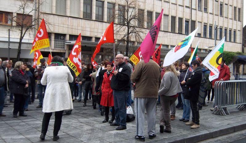 Les manifestants devant la permanence de Bernard Lesterlin