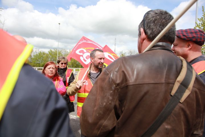 Les militants de la CGT informent les automobistes su les dangers de la loi présentée par la ministre du travail à l'assemblée nationale