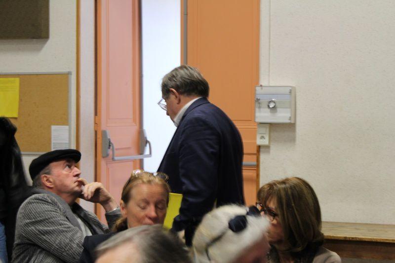 Bernard Lesterlin en grande discussion avant que ne débute le débat
