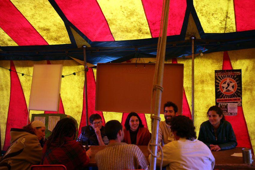 Dans l'après midi, des discussions ont eu lieu autour de plusieurs tables. © Didier Ciancia