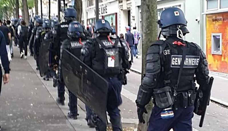 Opération de contrôle et fouilles au corps à la sortie de la Bourse du Travail à Paris