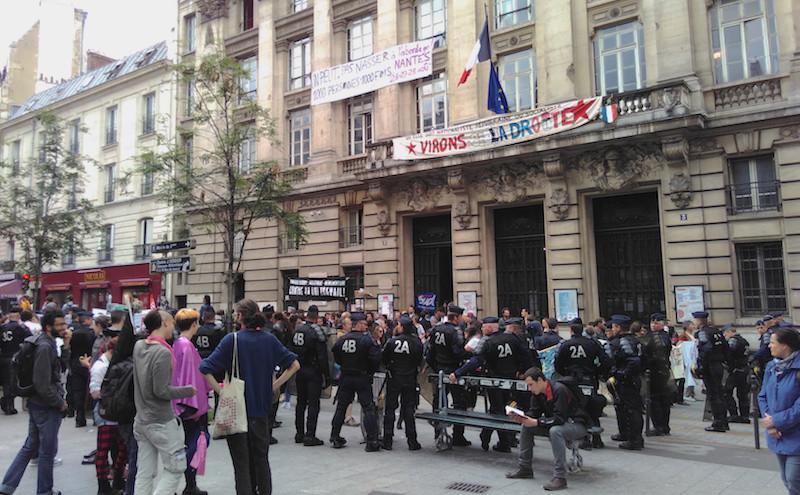 """Les CRS entourent la Bourse du Travail à Paris et empêchent les militants de se rendre à la manifestation Place de la Bastille. (Photo """"Là-bas si j'y suis"""""""". Merci à eux"""