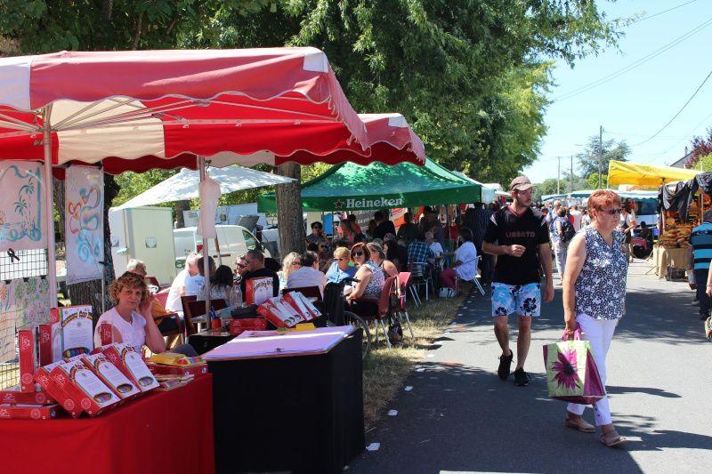 Les visiteurs profitent pleinement de cette belle journée ensoleillée. Certains attablés aux buvettes, d'autres en flânant dans les allées à la recherche de produits de qualité.