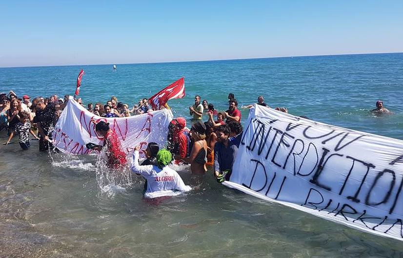 Le NPA manifeste contre l'interdiction du burkini à Leucate Plage