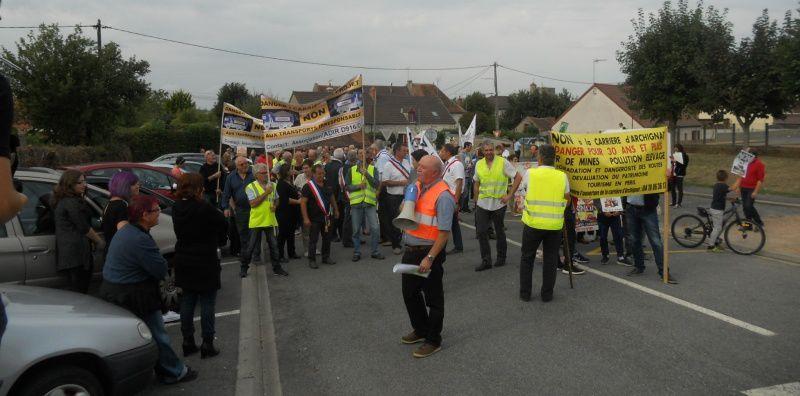 Les manifestants ont bloqué momentanément le rond-point, le temps d'informer la population.