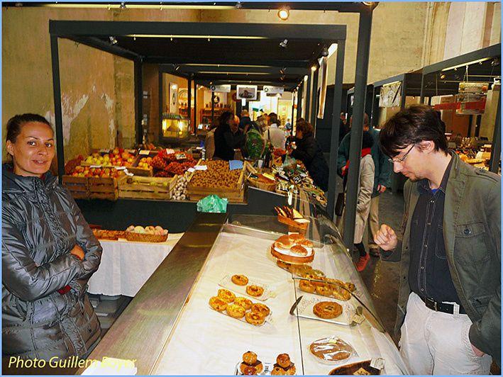 Mathilde est employée sur le stand L'Atelier du gourmand de Bernard Decaix