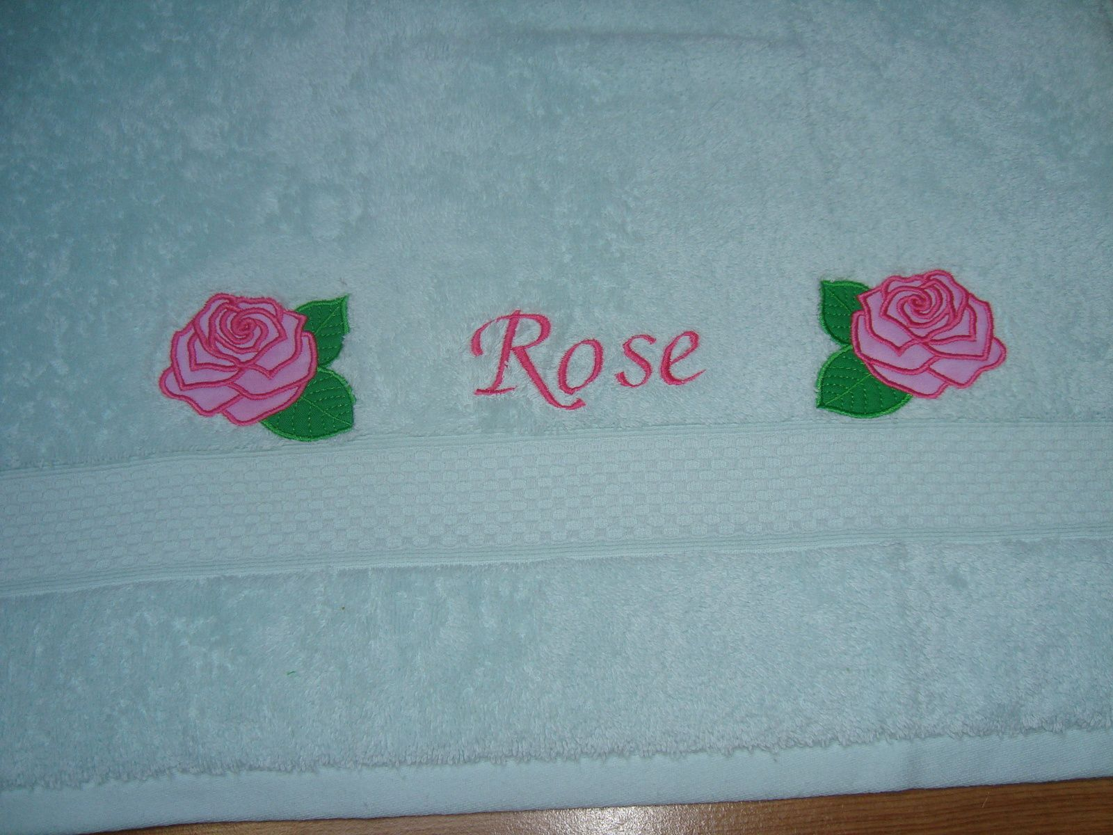 serviette, broderie machine, roses en appliqué