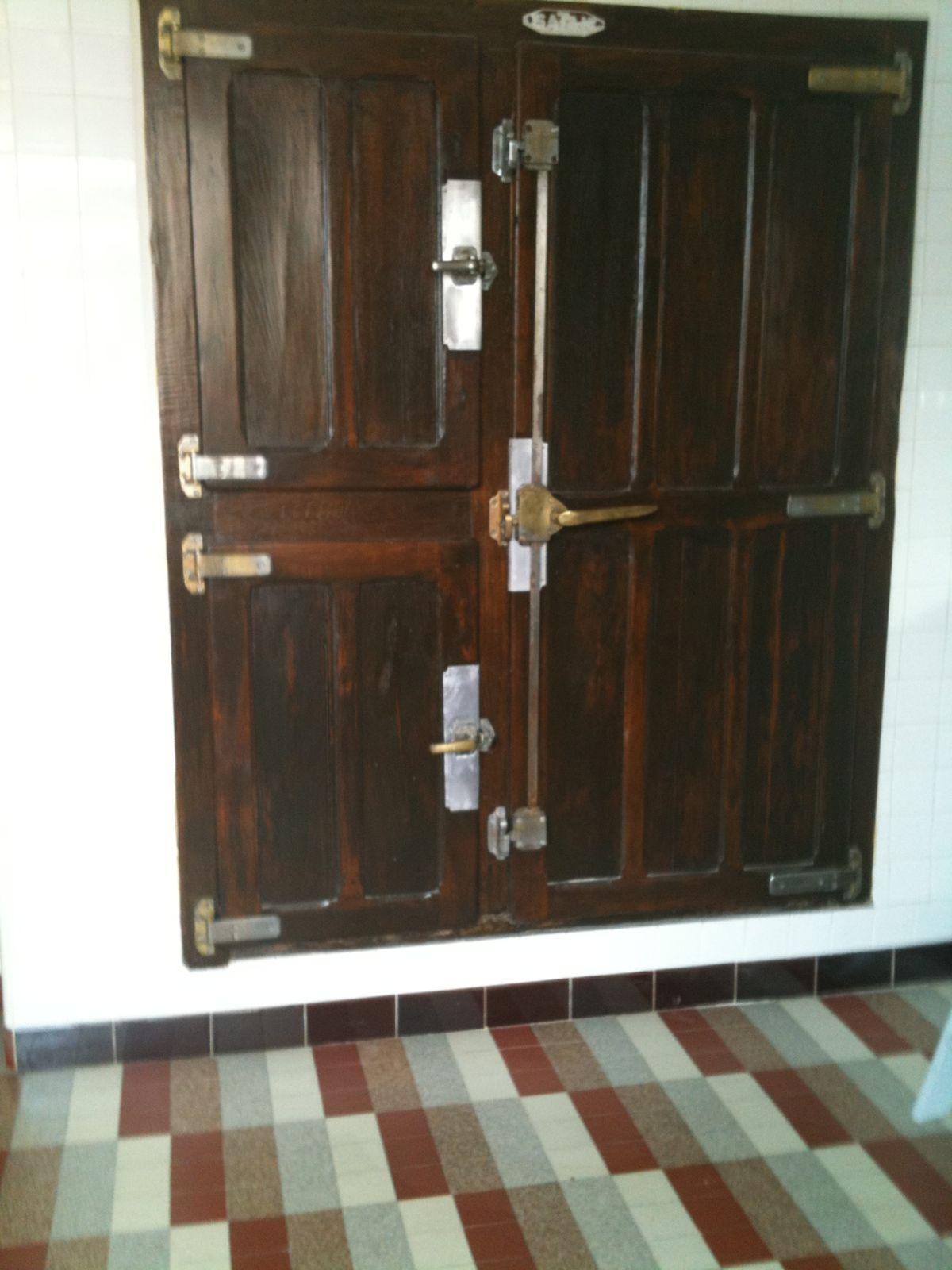 Éléments de décor : portes de la chambre froide année 1950