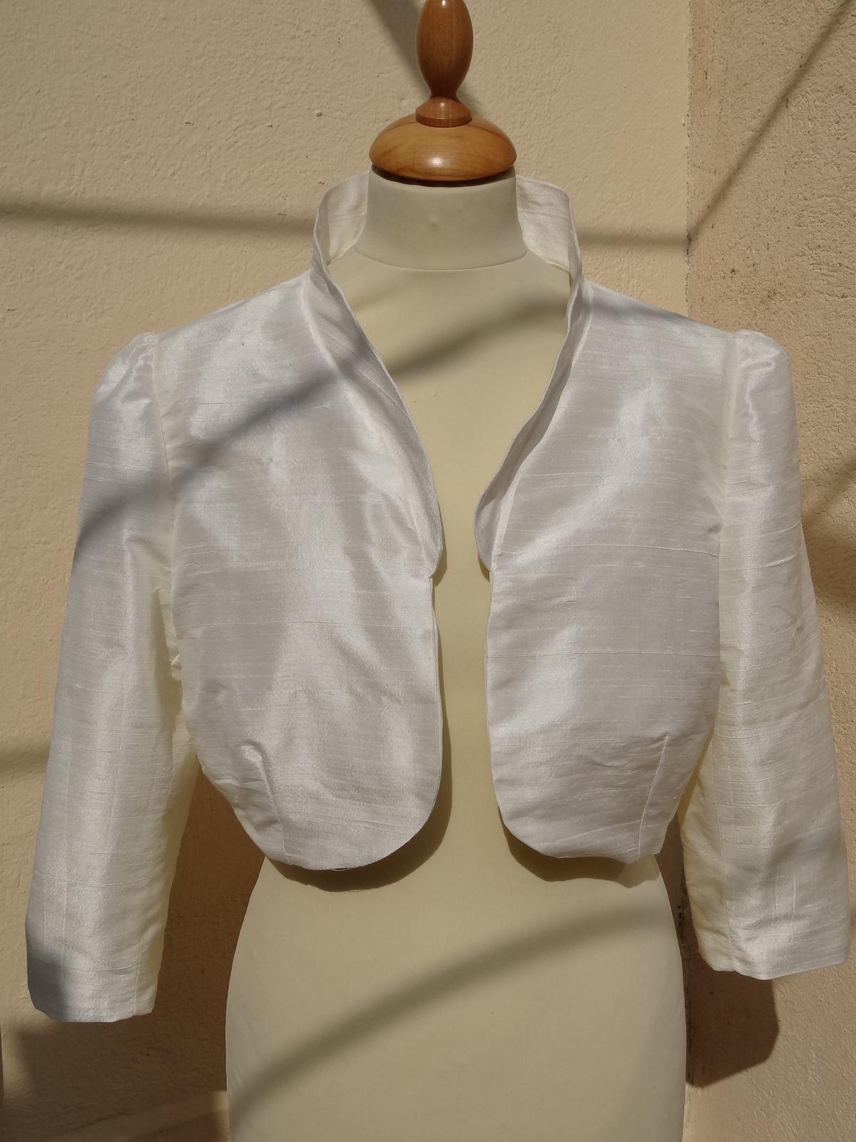 Robe de mariée lacée dans le dos et cortège bleu et blanc