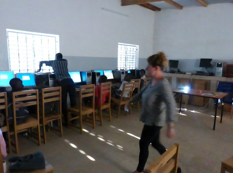 Installation en classe devant les ordinateurs