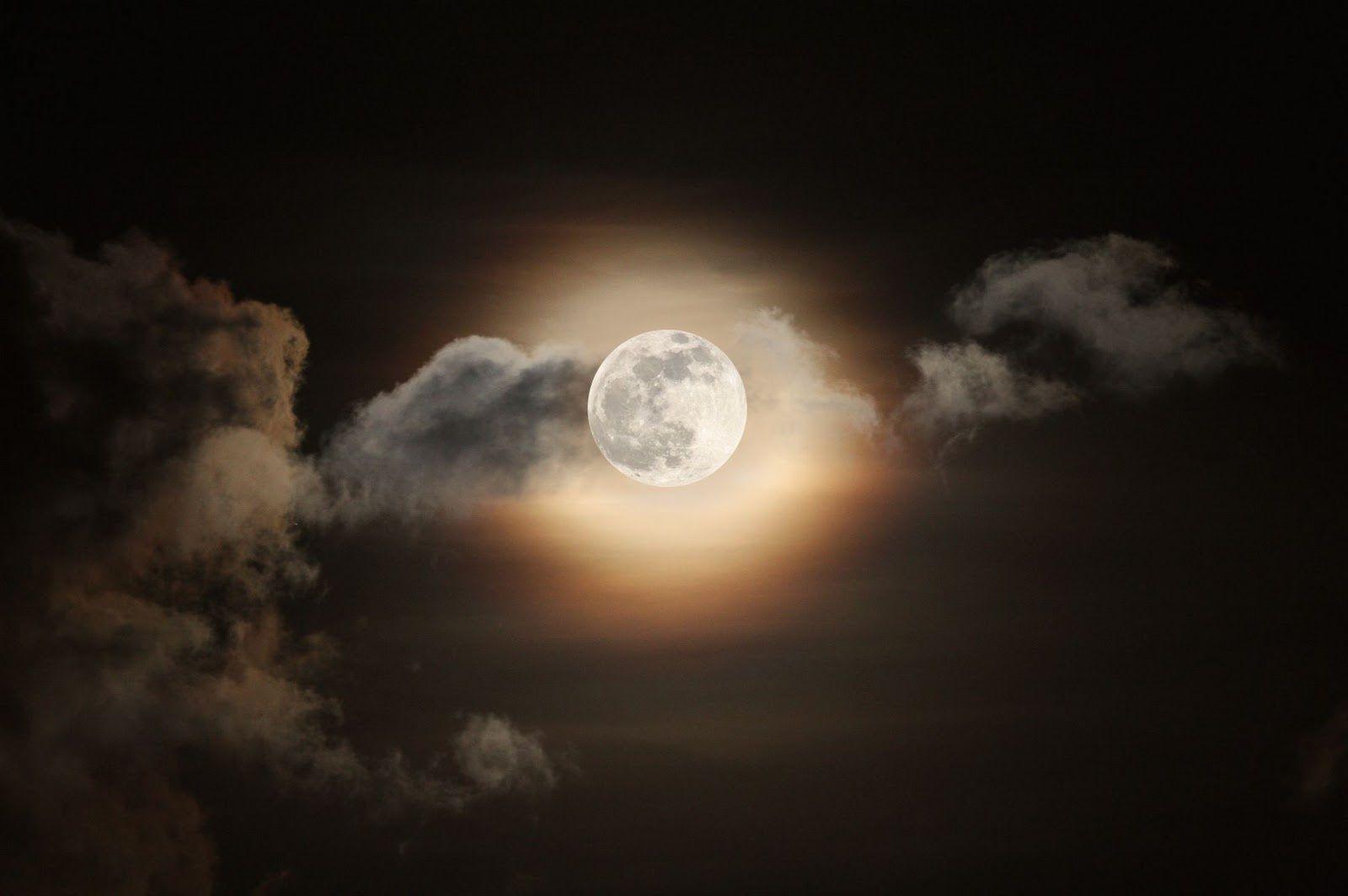 القمر يقول للغيوم