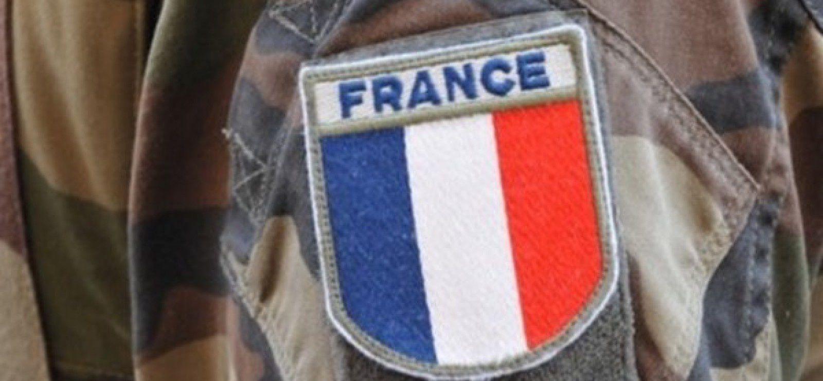 """Formation de soldats français à l'encadrement de Daesh 9494 vues 25 octobre 2016 17 commentaires Mensonges & Manipulation Réseau International Formation de soldats français à l'encadrement de Daesh  Partager la publication """"Formation de soldats français à l'encadrement de Daesh""""      Facebook0Twitter13Google+Total : 13  Le 22 septembre 2016, en nettoyant les abords d'un refuge troglodyte abandonné, non loin de l'église Saint-Florent, à la sortie de Saumur (France), des travailleurs ont vu trois hommes s'enfuir précipitamment dans une fourgonnette blanche. En pénétrant dans la grotte, ils ont découvert du matériel vidéo, un groupe électrogène ainsi que des journaux en langue arabe et des drapeaux de Daesh.  Calmant l'émoi de la population, de la police et de la gendarmerie, et du sous-préfet, le général Arnaud Nicolazo de Barmon, commandant les Écoles militaires de Saumur, a déclaré qu'il ne s'agissait pas de terroristes, mais d'un exercice de formation du Centre interarmées de la défense nucléaire, radiologique, biologique et chimique (CIA NBCR).  Si tel était le cas, le CIA NBCR aurait violé les règles de notification de cet exercice, avant sa réalisation, auprès des différents pouvoirs publics locaux. En outre, on ne voit pas en quoi ce matériel aurait une quelconque utilité pour des exercices de défense nucléaire, radiologique, biologique ou chimique.  Dans les mêmes locaux que le CIA NBCR à Saumur se trouvent des écoles spécialisées dans le Renseignement et le Combat interarmes.  Depuis le tout début des événements en Syrie, en 2011, la présence de Forces françaises y est attestée. En 2012, 19 soldats français qui avaient été faits prisonniers avaient été restitués au Liban au chef d'état-major des armées, l'amiral Édouard Guillaud, avec d'autres soldats encadrant l'Émirat islamique de Baba Amr. La mort de soldats français encadrant des troupes islamistes a été certifiée en de nombreux endroits, notamment à Sannayeh en 2013. Bien que la France ait, en 2014, sout"""
