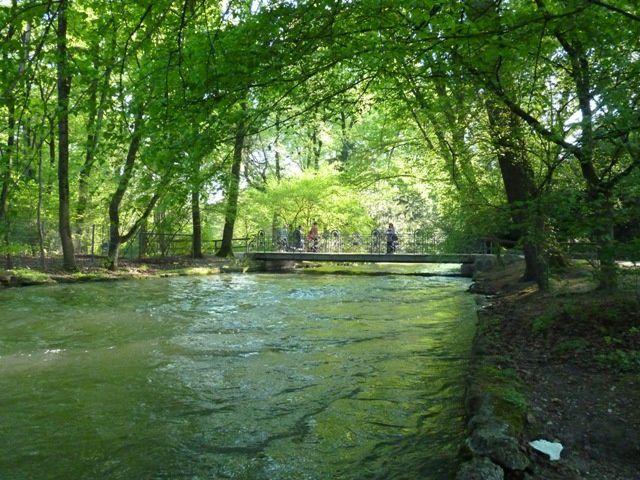 Son cours d'eau et ses ponts, sa végétation.