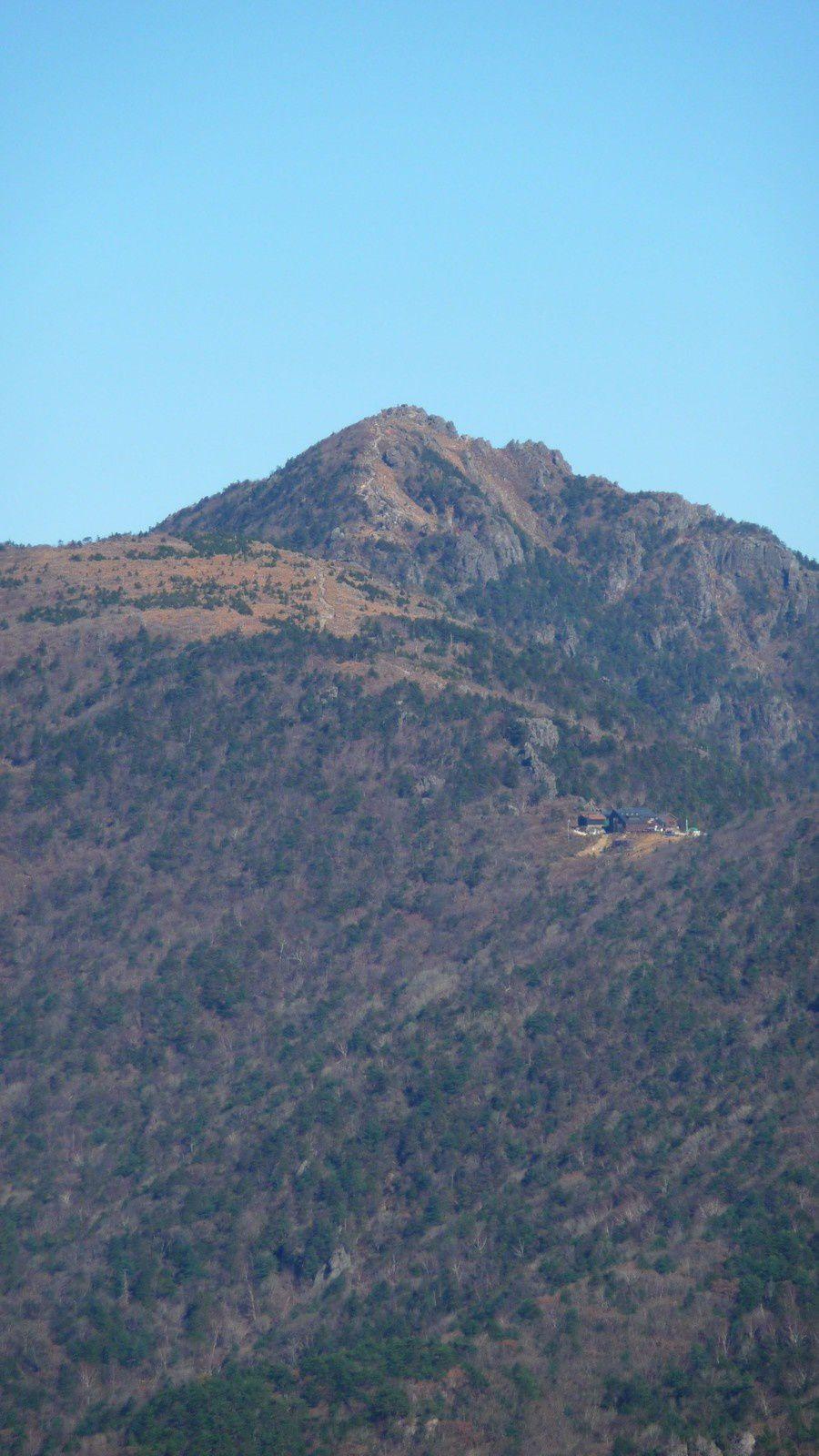 Au loin, notre objectif du surlendemain (qui s'est transformé en objectif du lendemain), le plus haut sommet du parc aka Cheonhwangbong. À son pied, le refuge de Jangteomok qu'on va tenter de rejoindre avant la nuit.