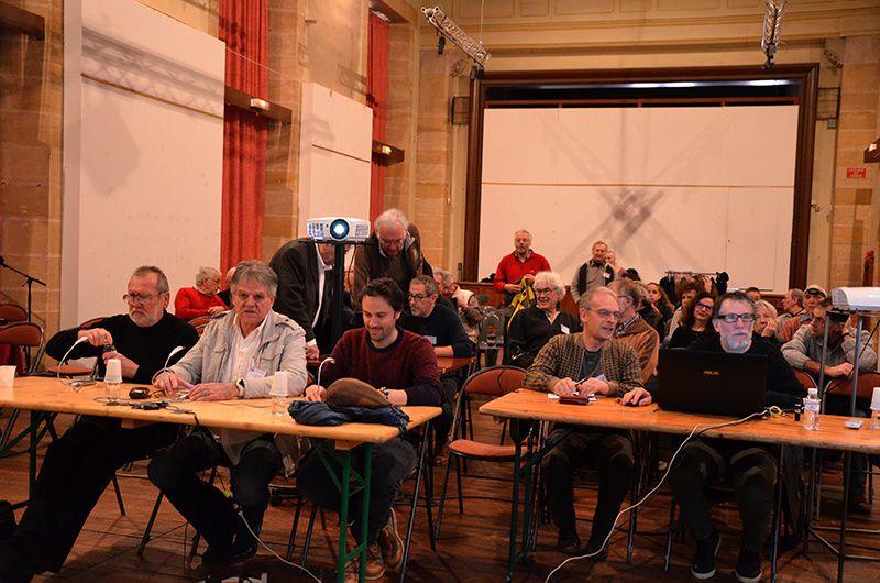 la salle , les juges et le public.