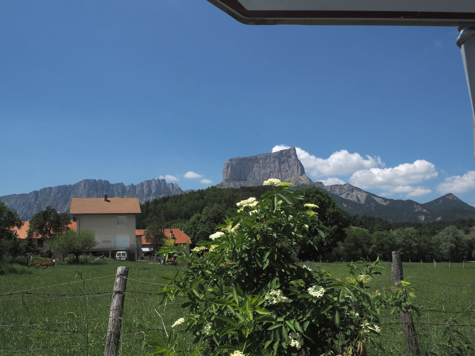 Le Mont Aiguille, dent avancée de la falaise orientale du massif du Vercors, est une des sept merveilles du Dauphiné